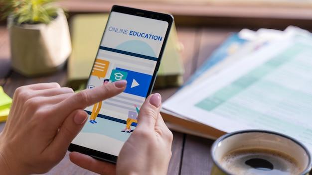 Close-upvrouwenlezing over online onderwijs Gratis Foto