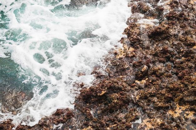 Close-upzee wat betreft rotsachtige kust Gratis Foto