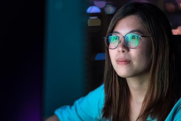 Closeup aziatische zakenvrouw werkt hard en kijkt de digitale afbeelding op de tafel Premium Foto