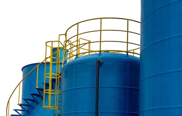 Closeup brandstof opslagtank in aardolieraffinaderij. Premium Foto