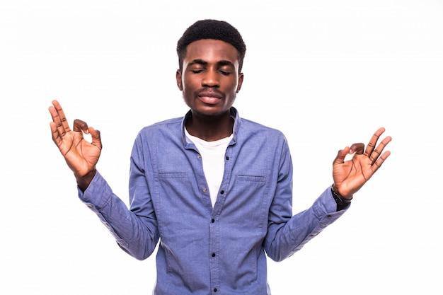 Closeup portret jonge knappe, gelukkige, glimlachende, opgewonden man die ok teken met vingers geeft, geïsoleerde zwarte grijze muur. positieve menselijke emotie gezichtsuitdrukkingen, symbool Gratis Foto