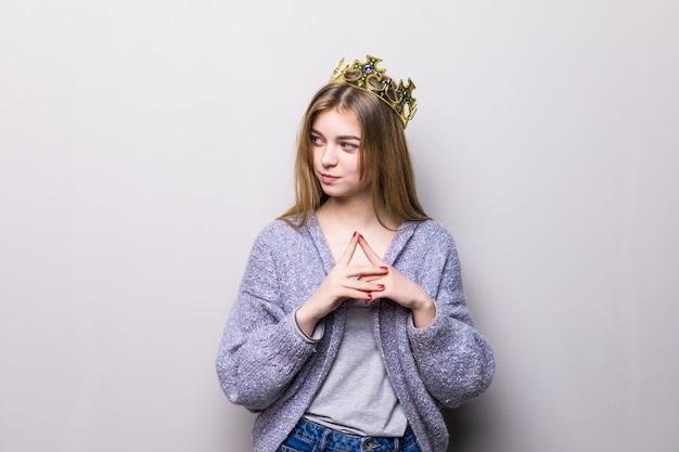 Closeup portret van mooi jong meisje met feestelijke papieren kroon op haar hoofd, Gratis Foto