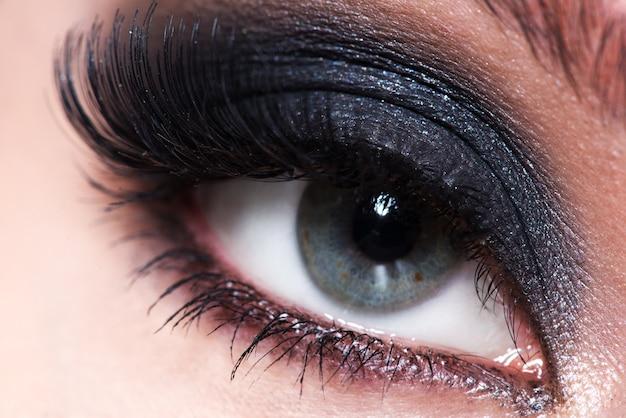 Closeup vrouwelijk oog met mooie mode make-up met lange valse wimpers. Gratis Foto