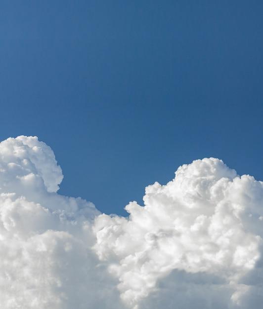 Cloud-scape close-up pluizige dramatische witte wolk op blauwe hemel, kopie ruimte Premium Foto