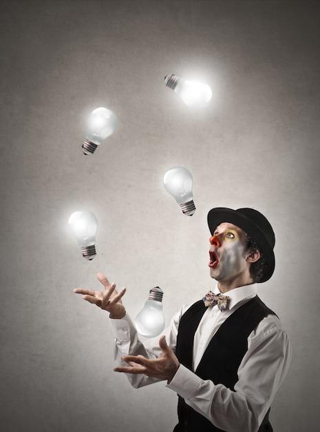Clown jongleren met gloeilampen Premium Foto