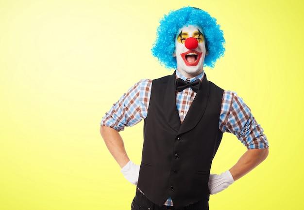 Clown lachend met de handen op de heupen Gratis Foto