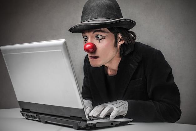 Clown zoekt op internet Premium Foto