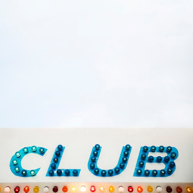 Club gestippelde geleide vertoningsbrief op witte achtergrond Gratis Foto