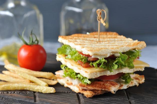 Club sandwich doorboord met spies Premium Foto