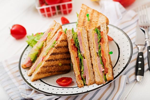 Club sandwich - panini met ham, kaas, tomaat en kruiden. Gratis Foto
