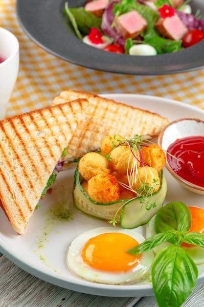Club sandwich panini met ham, tomaat, kaas en basilicum met kaasballetjes Premium Foto