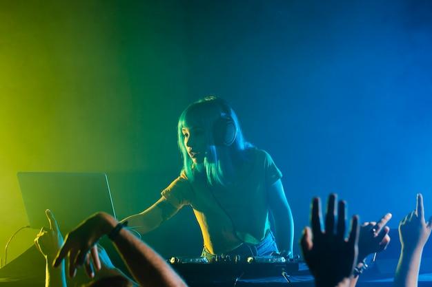 Clubbing met kleurrijke lichten en vrouwelijke dj Gratis Foto