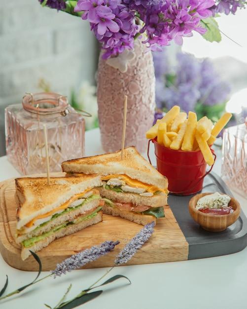 Clubsandwich met frieten Gratis Foto