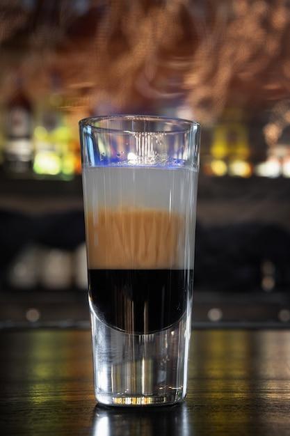 Cocktail b52, op een toog Premium Foto
