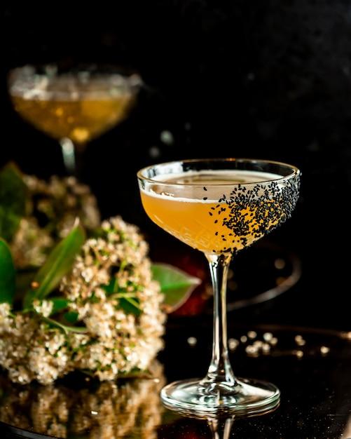 Cocktail fruitcocktail met klaproos topping Gratis Foto