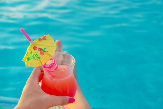 Cocktail in de handen van een vrouw. Premium Foto