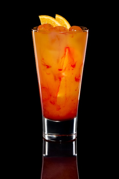 Cocktail met sinaasappelsap, vodke en aardbeiensiroop Premium Foto