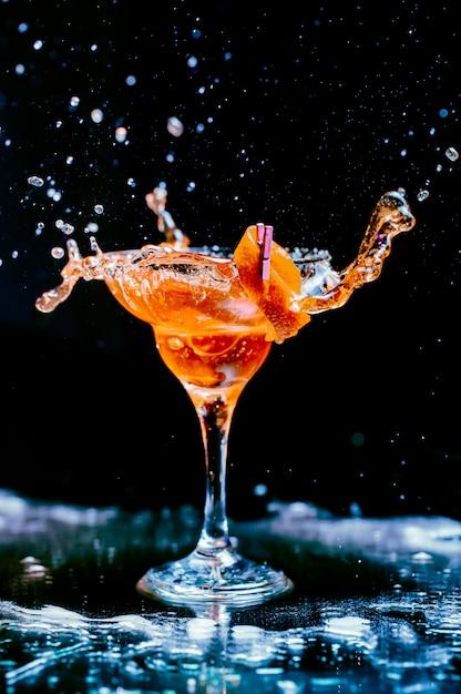 Cocktail met sinaasappelschil Gratis Foto