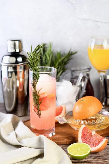 Cocktail rozemarijn granaatappel jenever Premium Foto