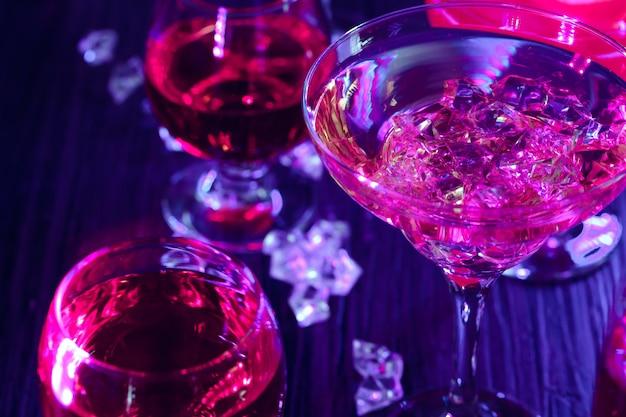 Cocktaildranken met ijs in clublichten Premium Foto