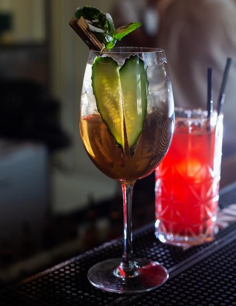 Cocktailglas in een bar, Premium Foto