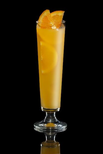 Cocktailtequila met jus d'orange op zwarte wordt geïsoleerd die Premium Foto