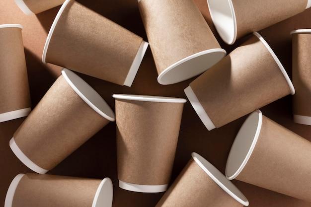 Coffee to go kartonnen bekers bovenaanzicht Gratis Foto