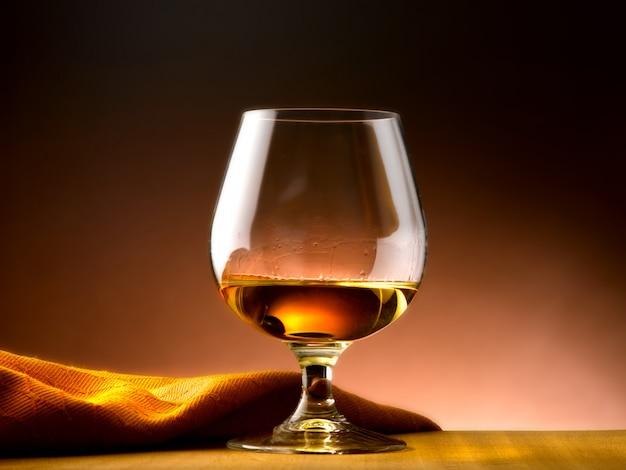 Cognac glas in wijnkelder Premium Foto