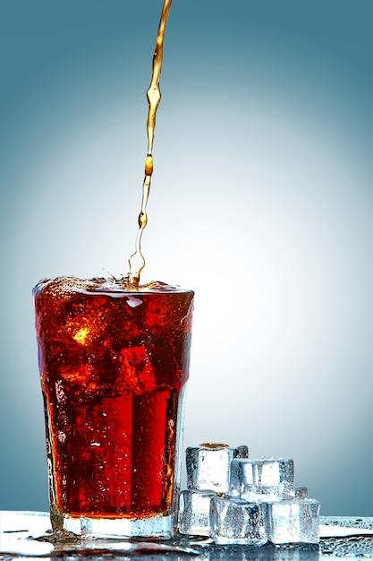 Cola schenkt een glas in Gratis Foto