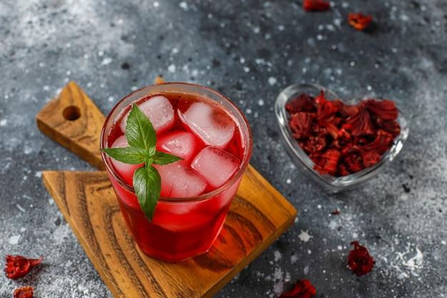 Cold brew hibiscusthee met ijs en basilicumblaadjes. Gratis Foto