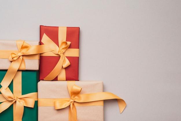 Collectie kerstcadeautjes met gouden lint Gratis Foto