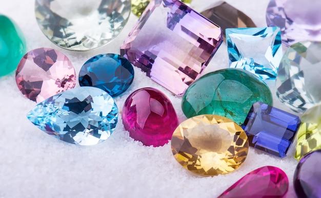 Collectie mix kleurrijk van edelstenen sieraden. Premium Foto