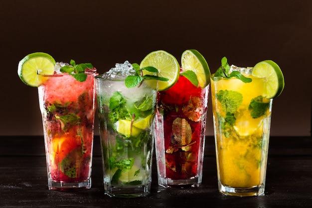 Collectie van kleurrijke tropische cocktails Premium Foto