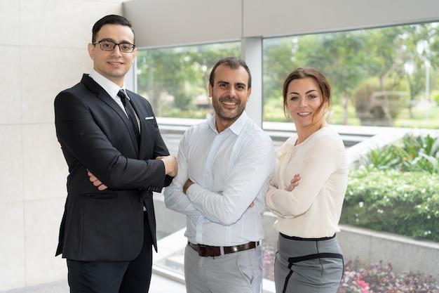 Collectief portret van drie leden van succesvol commercieel team Gratis Foto