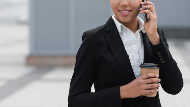 Collectieve vrouw die op telefoon spreekt Gratis Foto