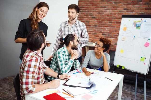 Collega's bespreken nieuwe ideeën op zakelijke bijeenkomst. Gratis Foto