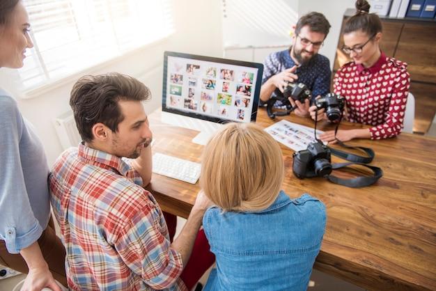 Collega's die rond een computer werken Gratis Foto