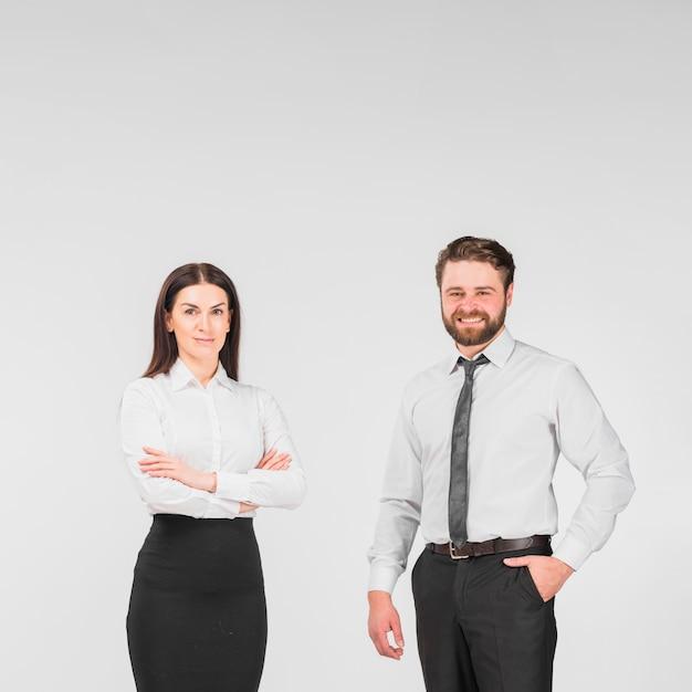 Collega's mannelijke en vrouwelijke permanente samen Gratis Foto