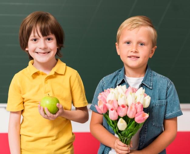 Collega's met cadeautjes voor hun leraar Gratis Foto