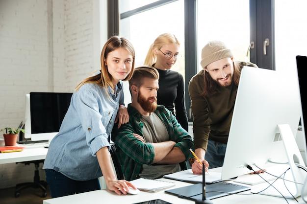 Collega's op kantoor praten met elkaar via computer. Gratis Foto