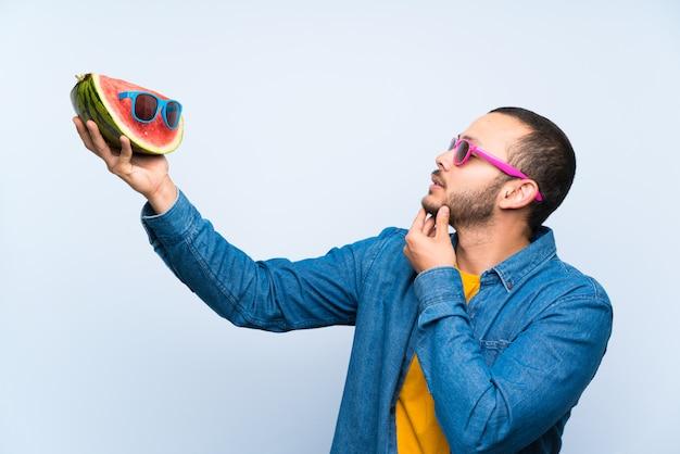Colombiaanse man met een watermeloen met zonnebril Premium Foto