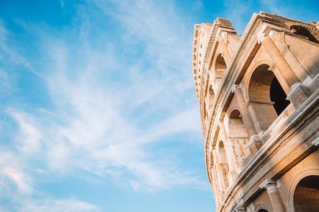Colosseum of coliseum blauwe hemel in rome Premium Foto