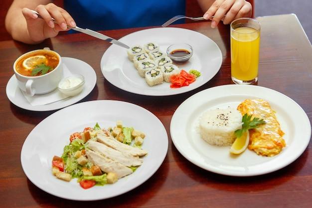Combinatie van vier gangen diner, salade, soep, heet Premium Foto