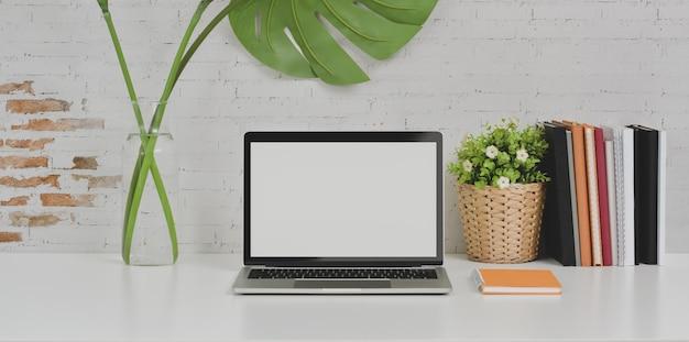 Comfortabele designer werkplek laptopcomputer en kantoorbenodigdheden Premium Foto