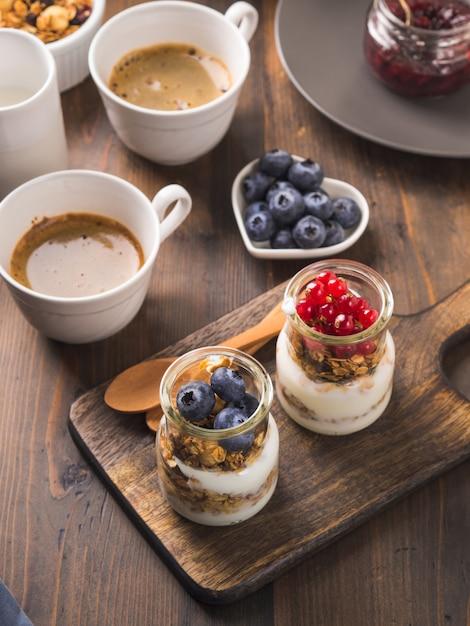 Comfortabele het concepten donkere houten achtergrond van het ontbijtvoedsel Premium Foto