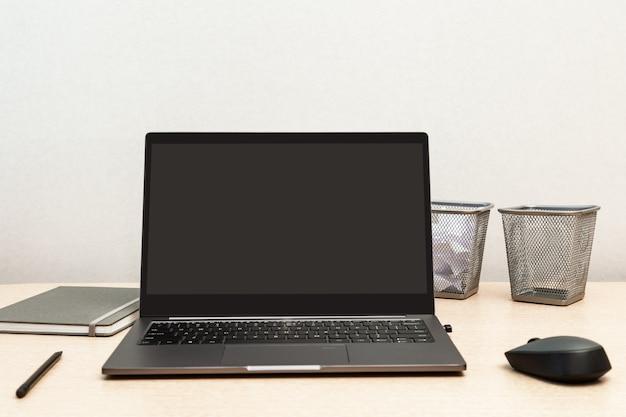 Comfortabele werkruimte voor student, kantoormedewerker, freelancer. desktop voor online training, werken op afstand, thuiswerken. Premium Foto