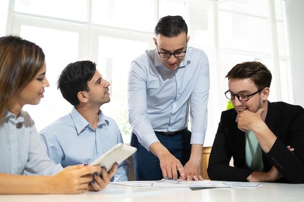 Commercieel team dat aan nieuwe strategie werkt Gratis Foto