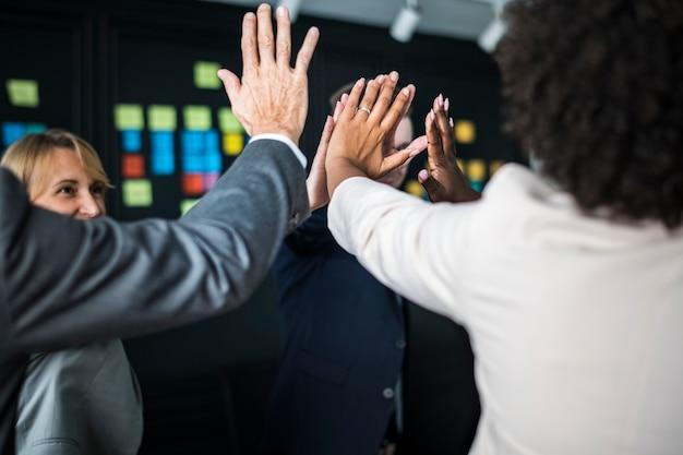 Commercieel team dat een high five geeft Gratis Foto
