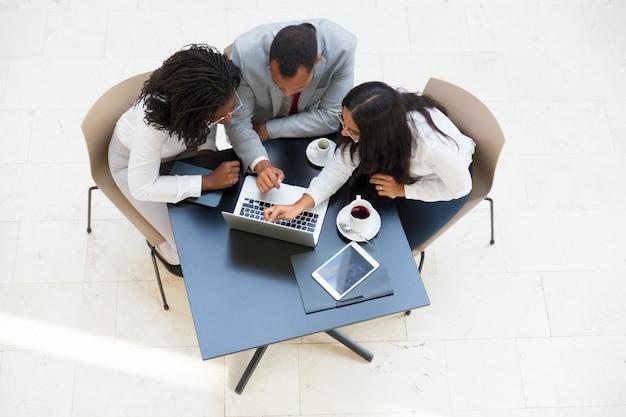 Commercieel team dat en projectpresentatie bekijkt bespreekt Gratis Foto