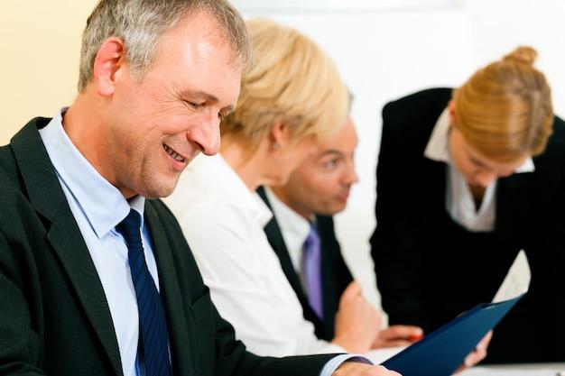 Commercieel team dat in een vergadering werkt Premium Foto